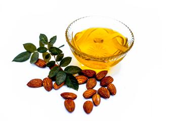 Мигдальна олія: солодка користь для тіла та волосся